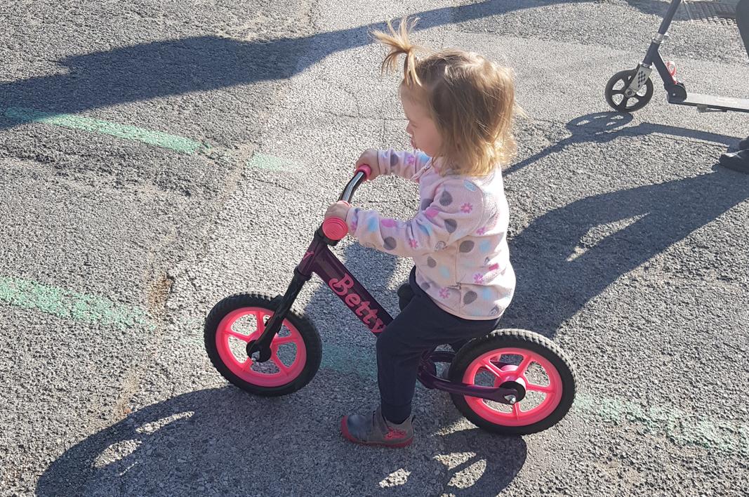 Kedy môže vaše dieťa začať jazdiť na odrážadle? Je to skôr ako si myslíte...