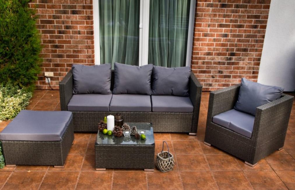 Pohodlné posedenie na terase, balkóne či záhrade: týchto 5 vecí tam nesmie chýbať