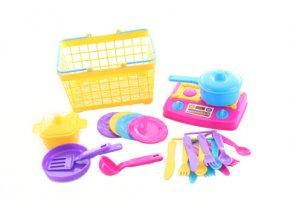 Košík s dětským plastovým nádobím
