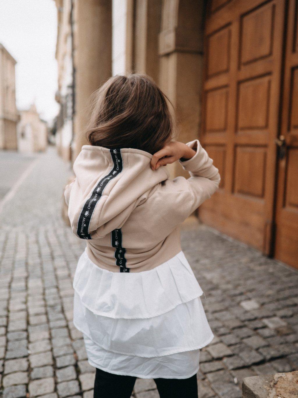 Dětské šaty s kapucí a volány LOGO béžové