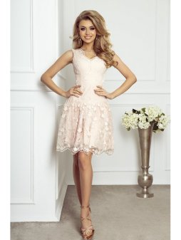 rosie pudrowa rozkloszowana sukienka z kwiatami 3d