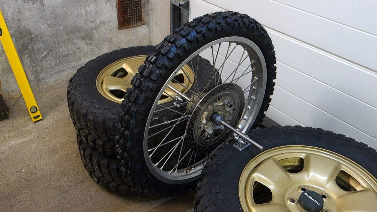 Jak vyvážit motocyklové kolo na statické vyvažovačce