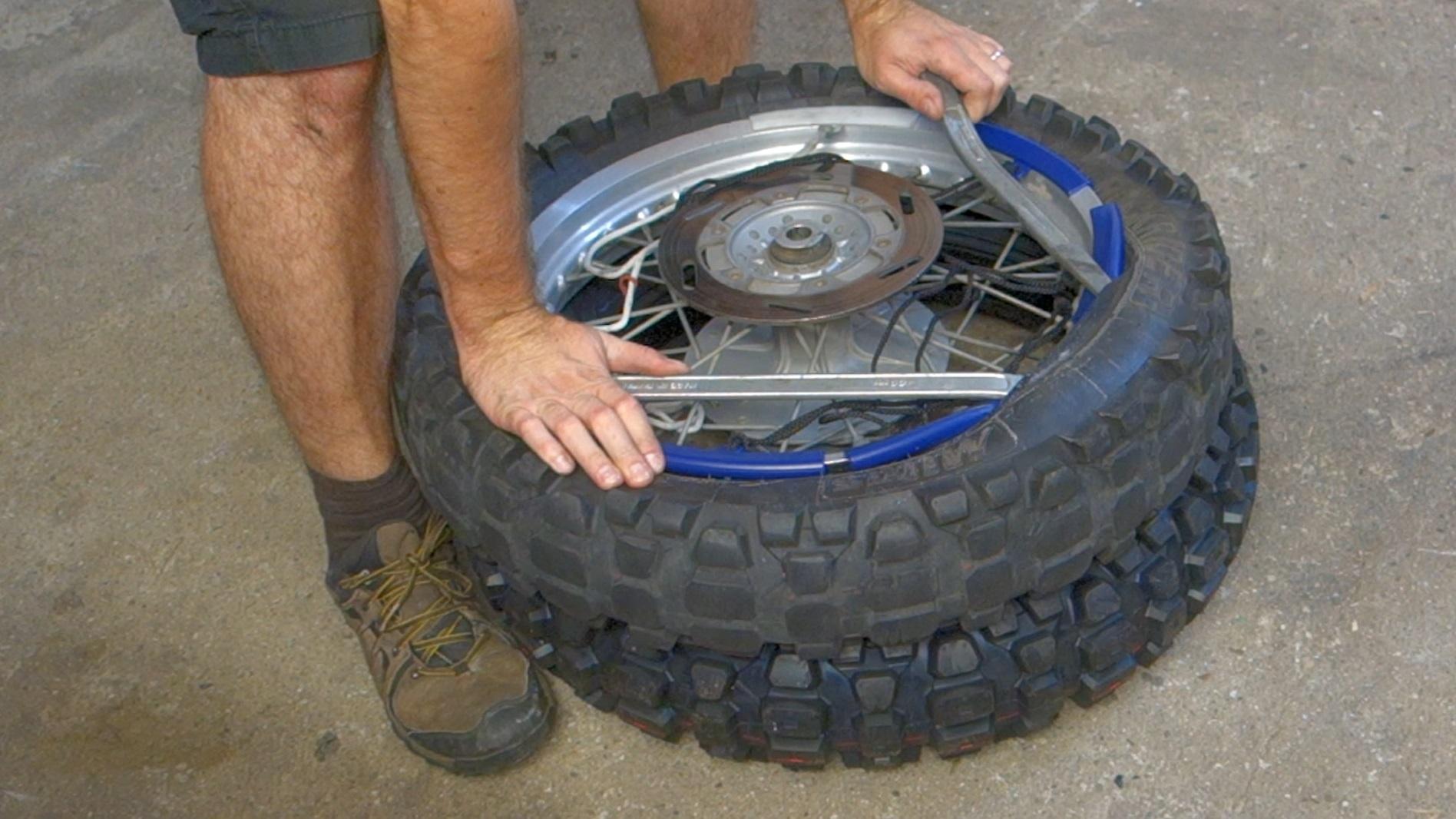 Jak přezout motocyklovou pneumatiku svépomocí?