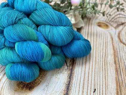Příze na pletení z merina a hedvábí.