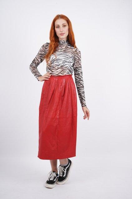 červená kožená sukně