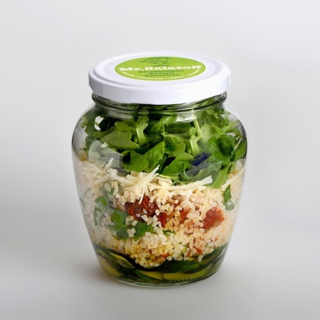 saláty Cuketový salát s bulgurem, sušenými rajčaty a parmazánem