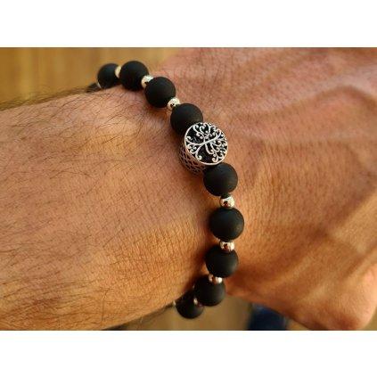 Čierny ochranný náramok sila života na ruke