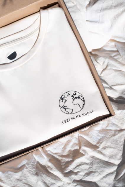 KOUSEK unisex tričko z biobavlny Planeta Leží mi na srdci