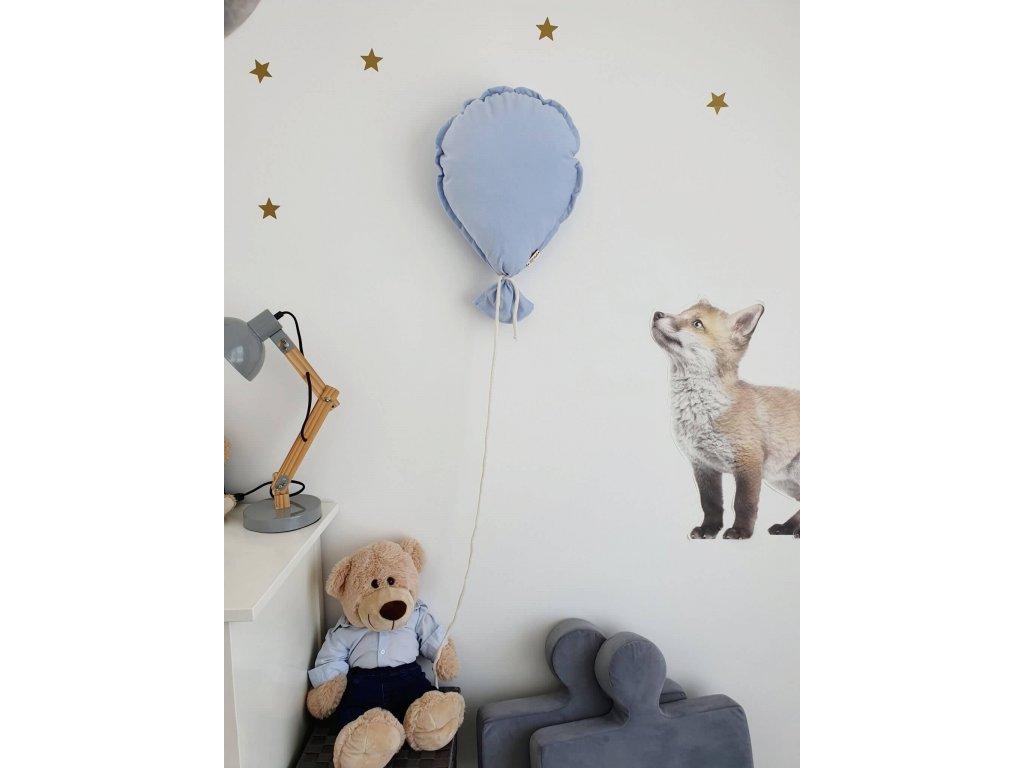 létající balónek na zeď