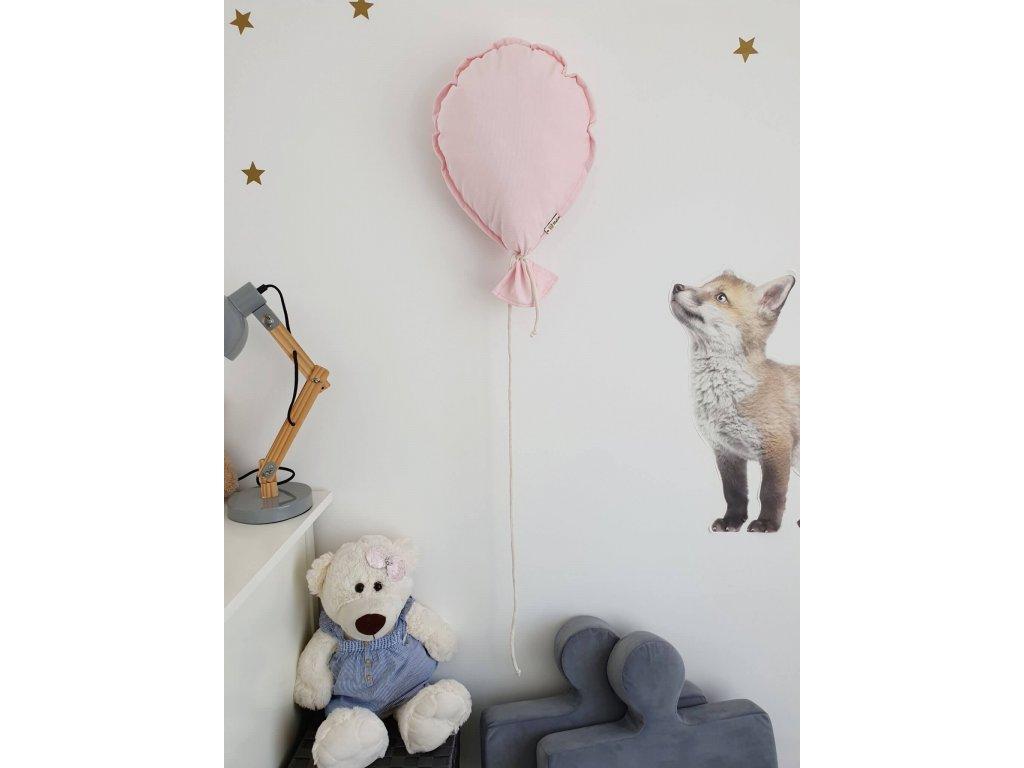 růžový balónek na zeď