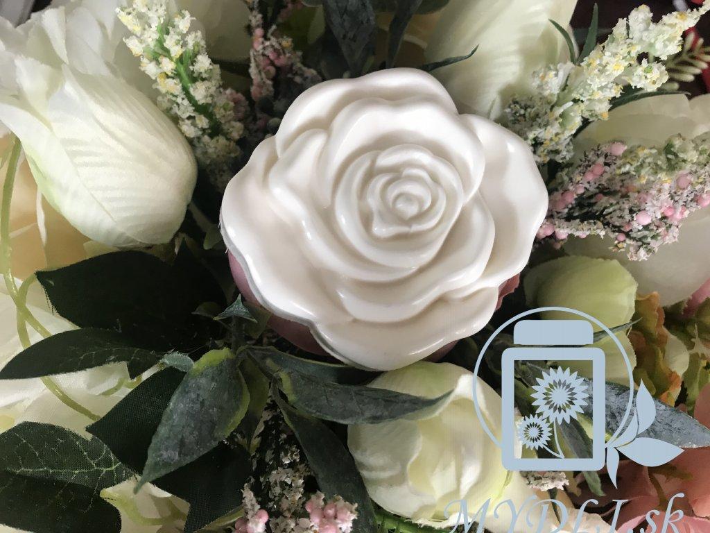 Rozkvitnutá ruža potravinárska kvalita