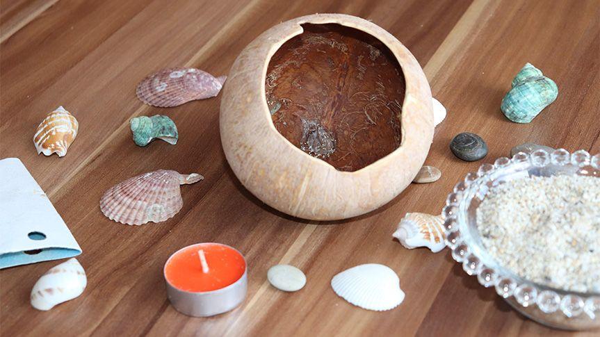 Budeme potřebovat kokosový ořech, písek a mušle