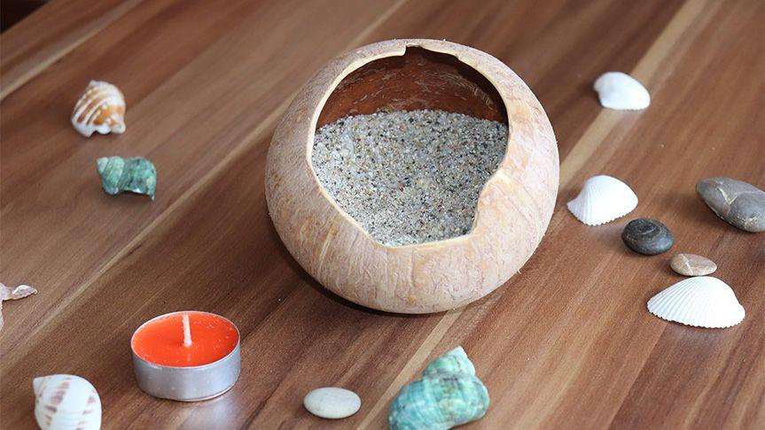 Do kokosu nasypeme jemný písek