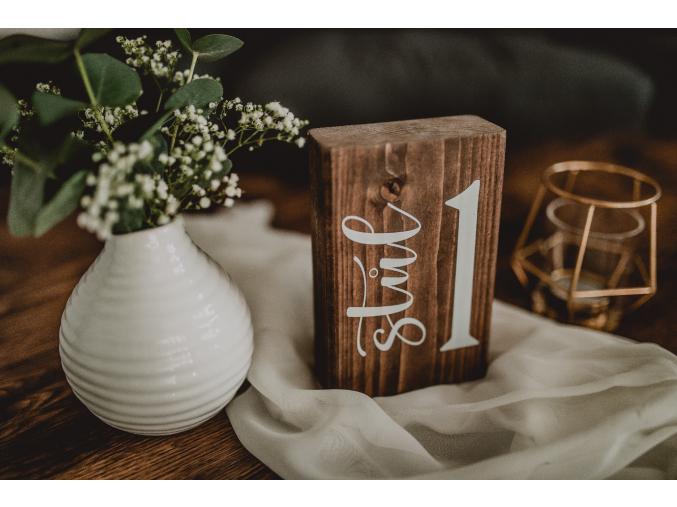 Dřevěná čísla stolů #1  Stylové číslo stolu na kusu masivního dřeva