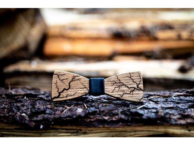 Flash  Originální motýlek s motivem blesků z dubového dřeva pro pány co mají rádi netradiční a přesto elegantní doplňky.