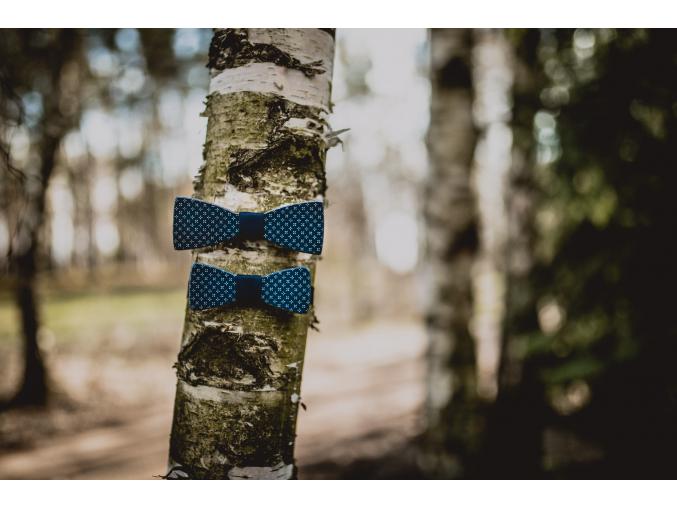 Blue elegant SET - Klasik + MINI  Set klasického a dětského motýlku s elegantním modrým potiskem.
