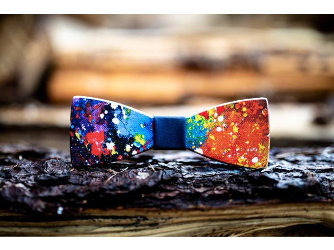 Colours  Netradiční a výrazný motýlek Colours s modrým středem pro pány co mají rádi barvy.