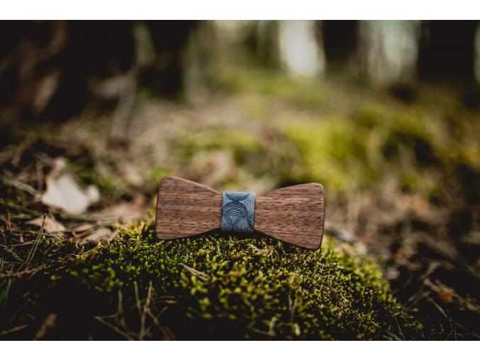 Brown elegant MINI  Decentní dětský motýlek z amerického ořechu má úžasnou kresbu letokruhů a hnědou barvu, která je pro ořech typická.