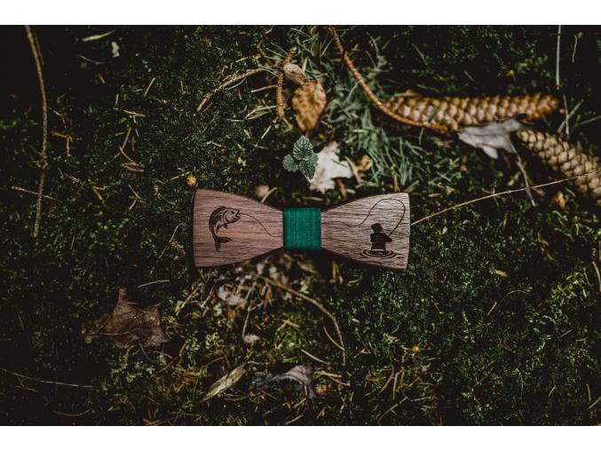 Brown fisher  Stylový motýlek pro každého rybáře, co má styl. Dřevo - americký ořech s originální barvou i kresbou.