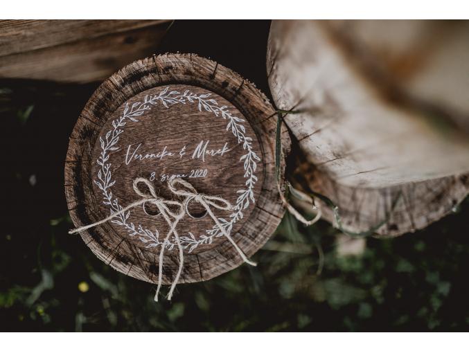 Dřevěná podložka na snubní prsteny  Podložka z březové překližky se jmény novomanželů a datem svatby. Na uchycení prstýnků jsou na podložce dva jutové provázky.
