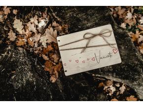 Dřevěné fotoalbum #hearts  Dřevěné fotoalbum se srdíčkovým motivem.