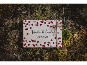 Svatební fotoalbum #red-hearts  Dřevěné fotoalbum se srdíčkovým vzorem.