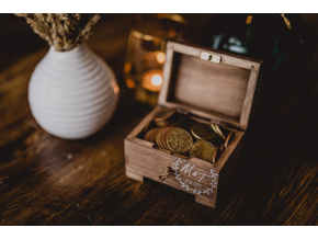 Dřevěná truhlička na peníze  Na Vaše společné sny. Truhlu máme ve dvou barevných variantách.