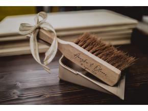 Dřevěný smetáček s lopatkou  Set dřevěného smetáčku a lopatky s Vašimi jmény a datem svatby.