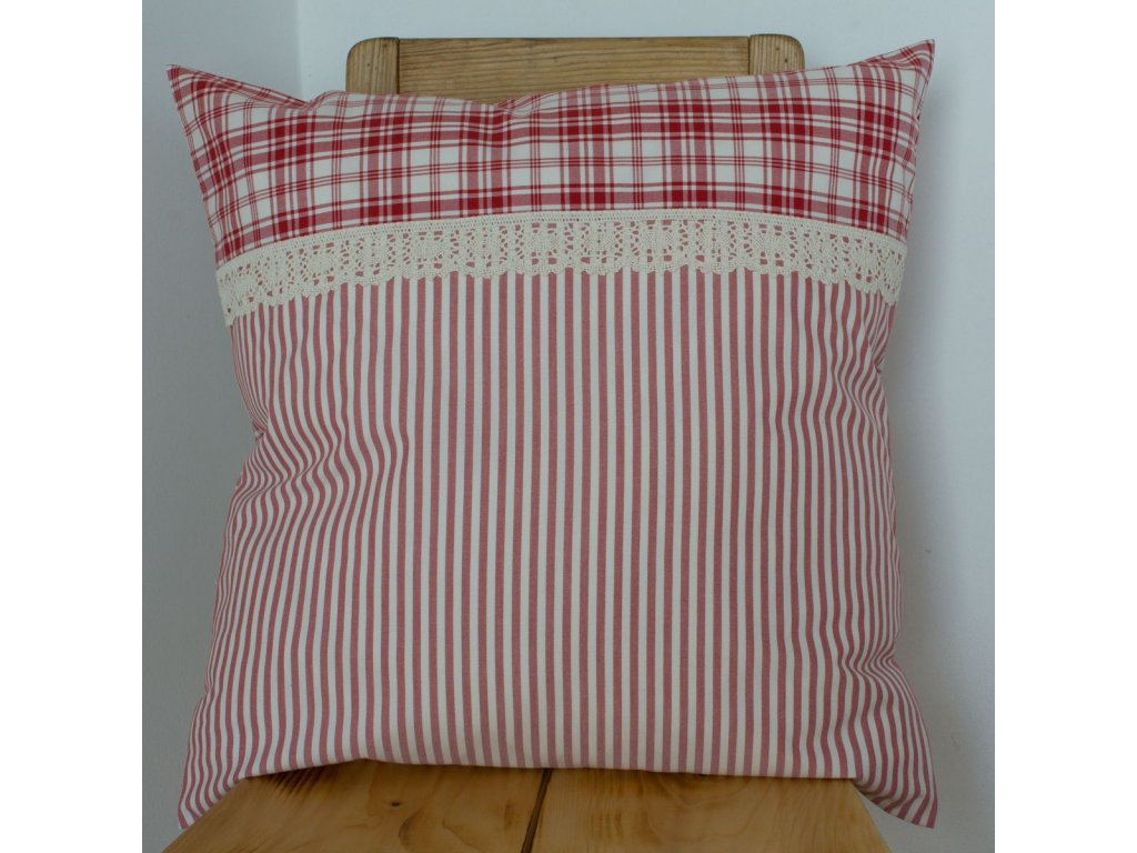 Polštářek 50x50cm z červeného kanafasu s krajkou na knoflíčky