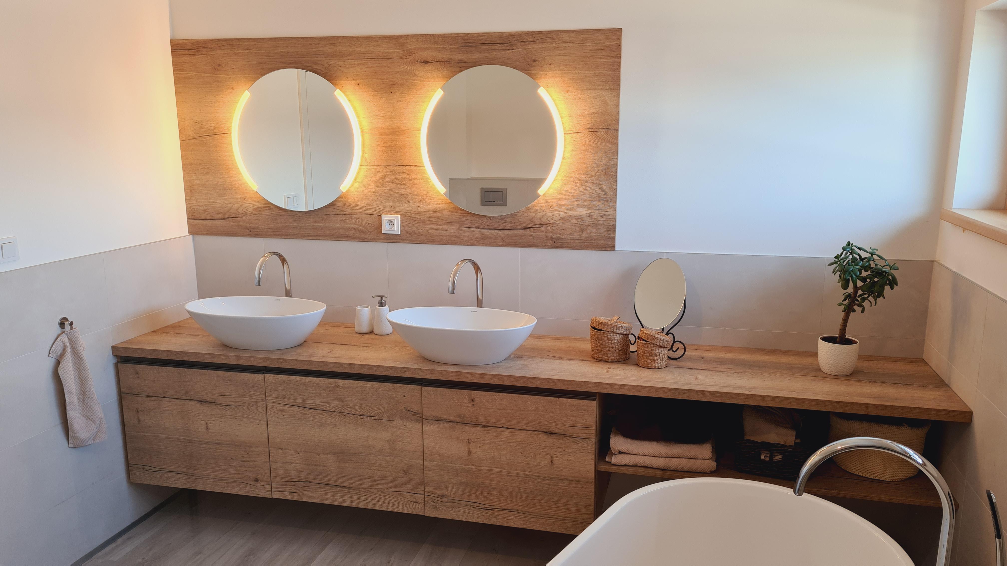 Koupelna s kulatými zrcadly