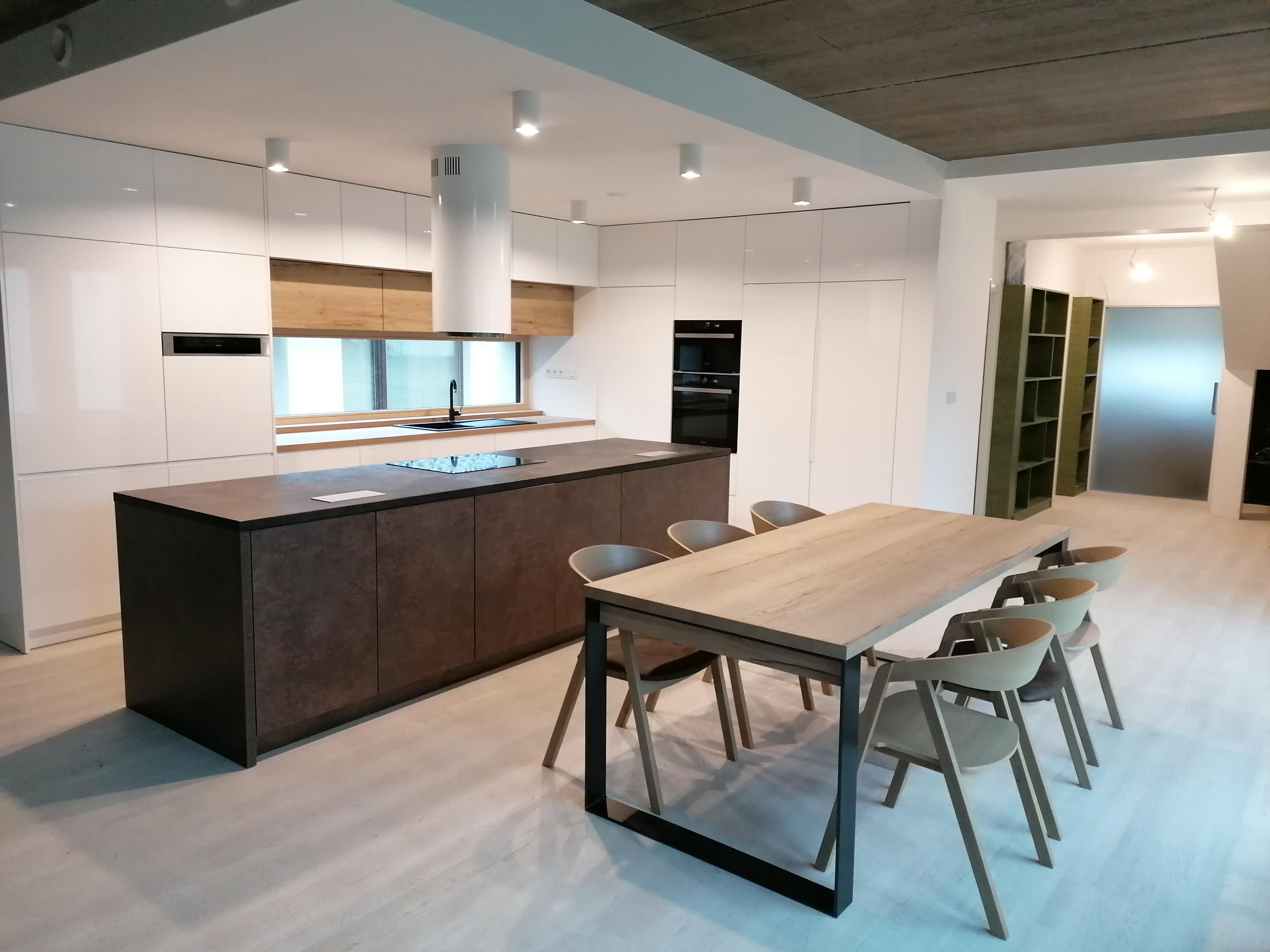 Kuchyňská linka s ostrůvkem dub kamenný / bílý lesk