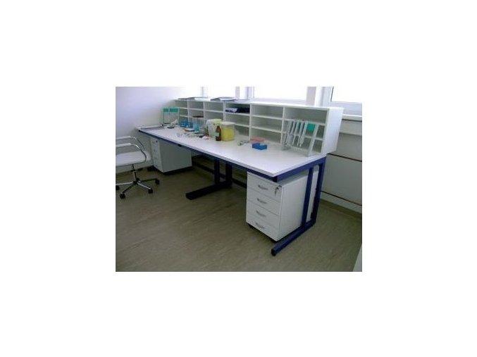 Laboratorní stůl s nástavbou