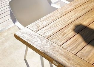 Jak se starat o zahradní nábytek z teaku