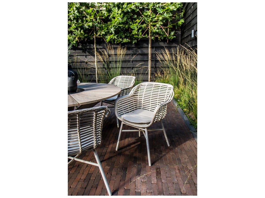 zahradní židle v bílé barvě