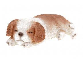 Královský psík v hnědobílé barvě, ležící, polyresinová dekorace
