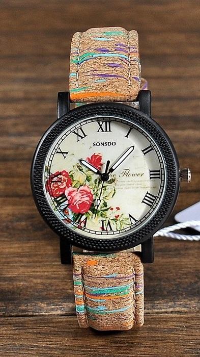 KOŽENÉ WOOD HODINKY - 4 MOTIVY Motiv: Červené květiny, hnědá barva s barevnými pruhy na náramku