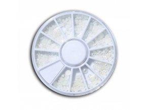 Biele perly na zdobenie nechtov kolotoč