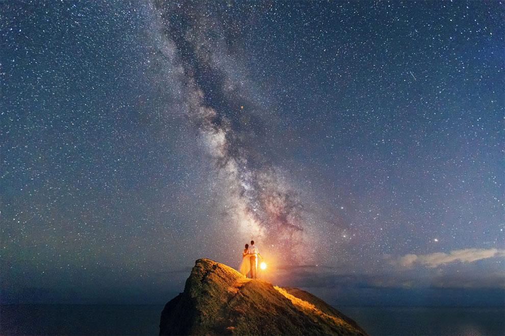 Fotograf Andrei Sheliakin zachytáva siluety milujúcich sa párov na pozadí nočnej oblohy