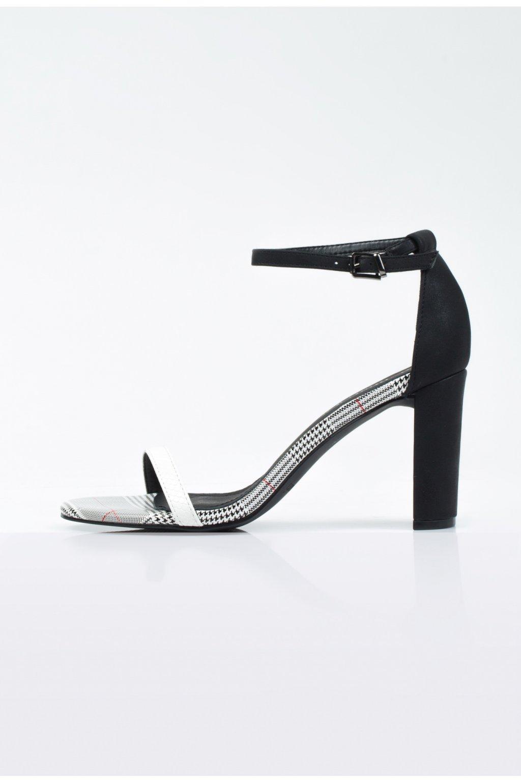 sandale na opatku s karovaným vzorom