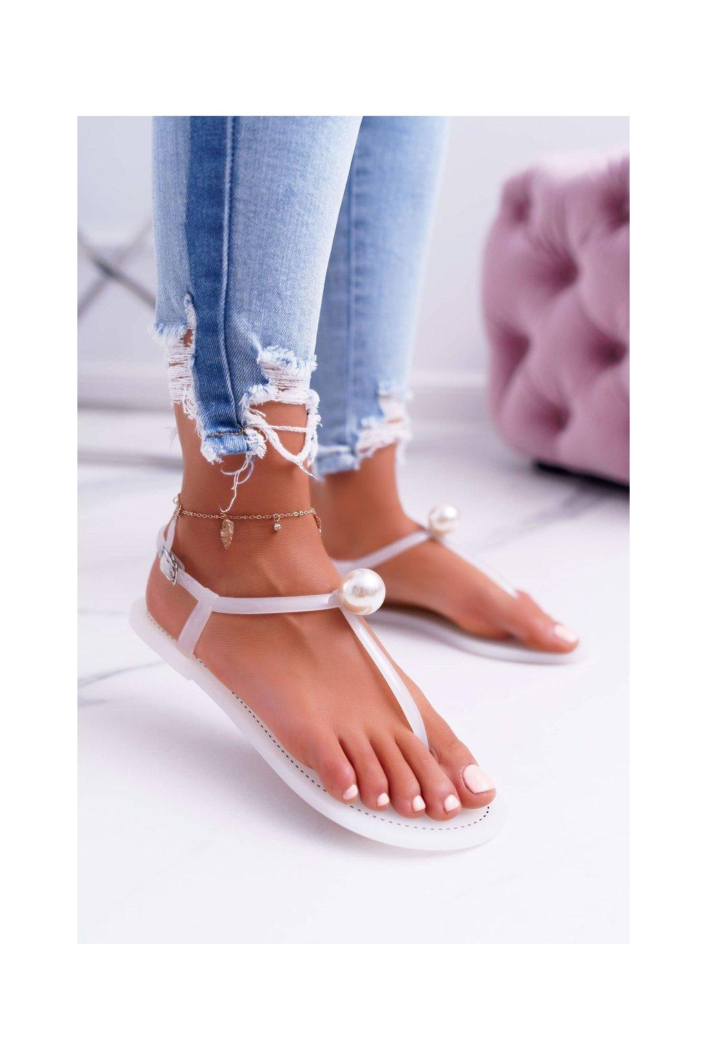 Dámske sandále s plochou podrážkou farba biela kód obuvi 96 WHITE