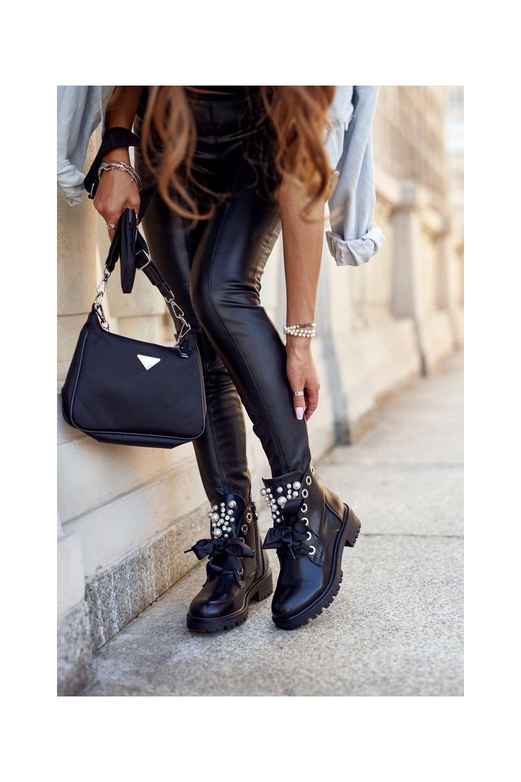 Členkové topánky na podpätku farba čierna kód obuvi CLS-168 NC1075 BLK