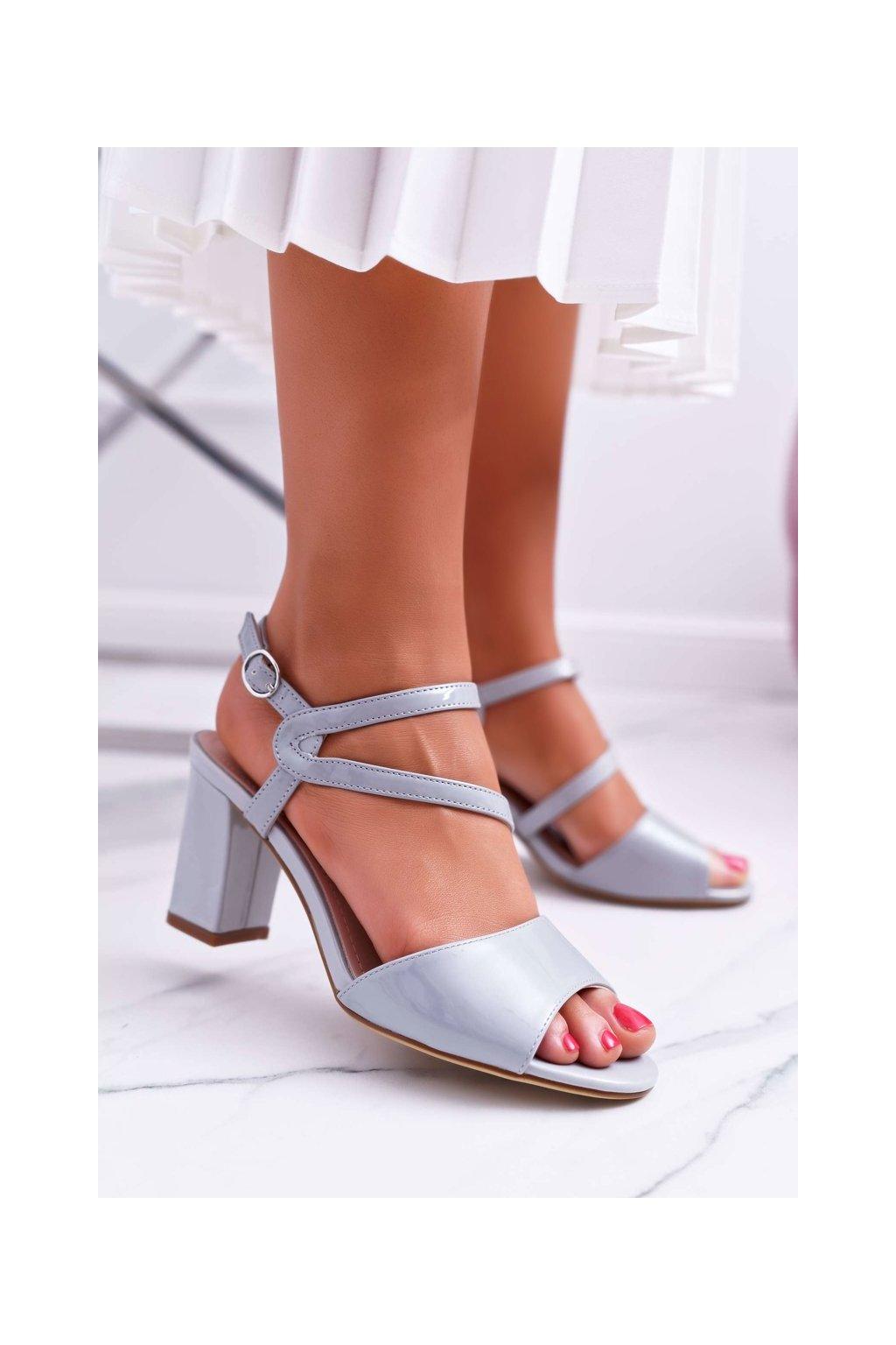 Dámske sandále na podpätku farba sivá kód obuvi SK844 GREY LAK
