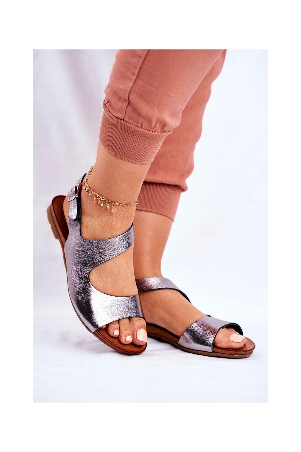 Dámske sandále s plochou podrážkou farba čierna kód obuvi 1116 BLK 065