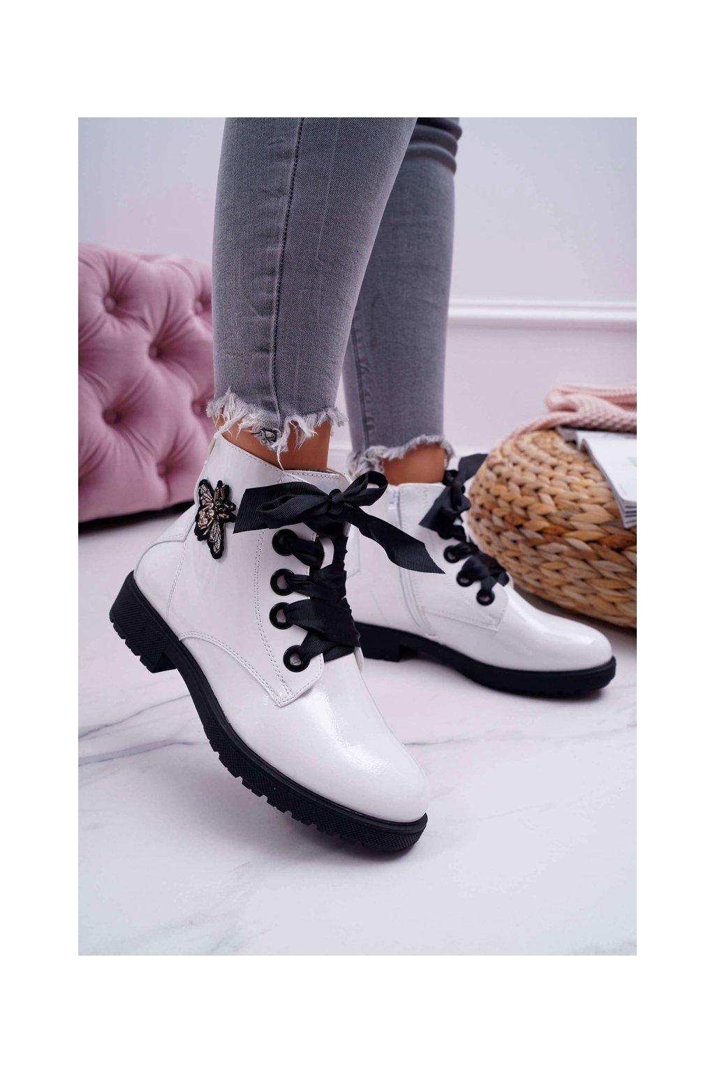 Členkové topánky na podpätku farba biela kód obuvi BT530 WHI LAKIER
