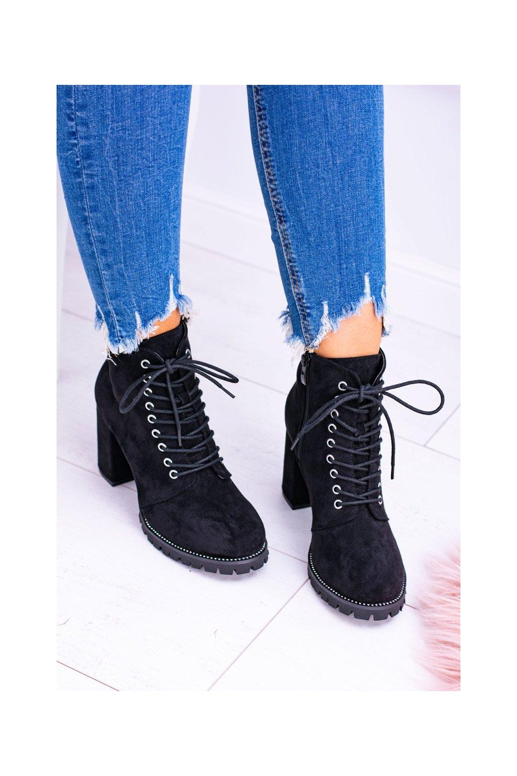 Členkové topánky na podpätku farba čierna kód obuvi XW37380 BLK SUEDE