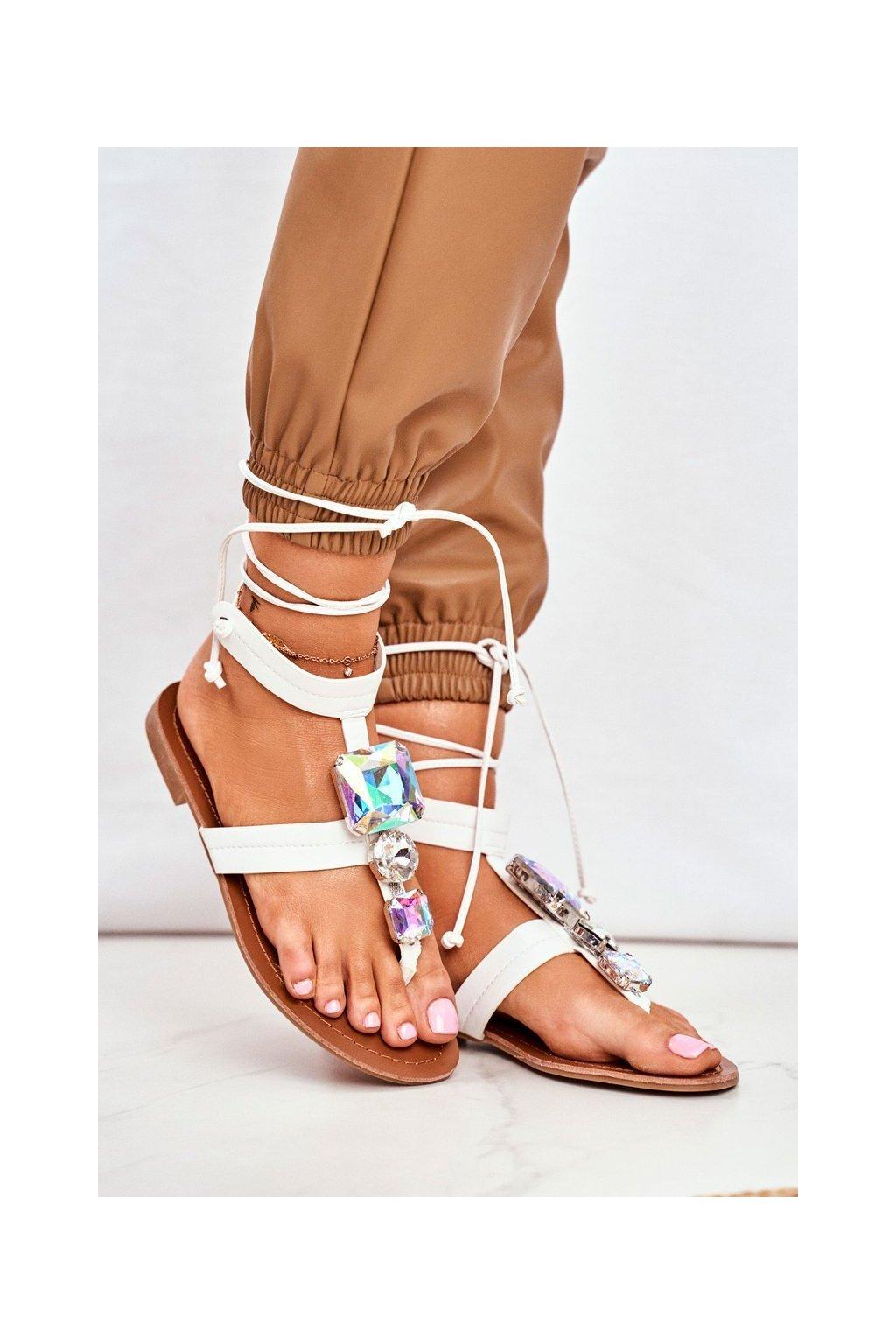 Dámske sandále s plochou podrážkou farba biela kód obuvi JH126 WHITE