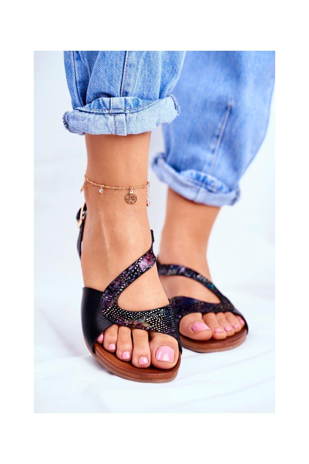 Dámske sandále s plochou podrážkou farba čierna kód obuvi 541-23 BLK