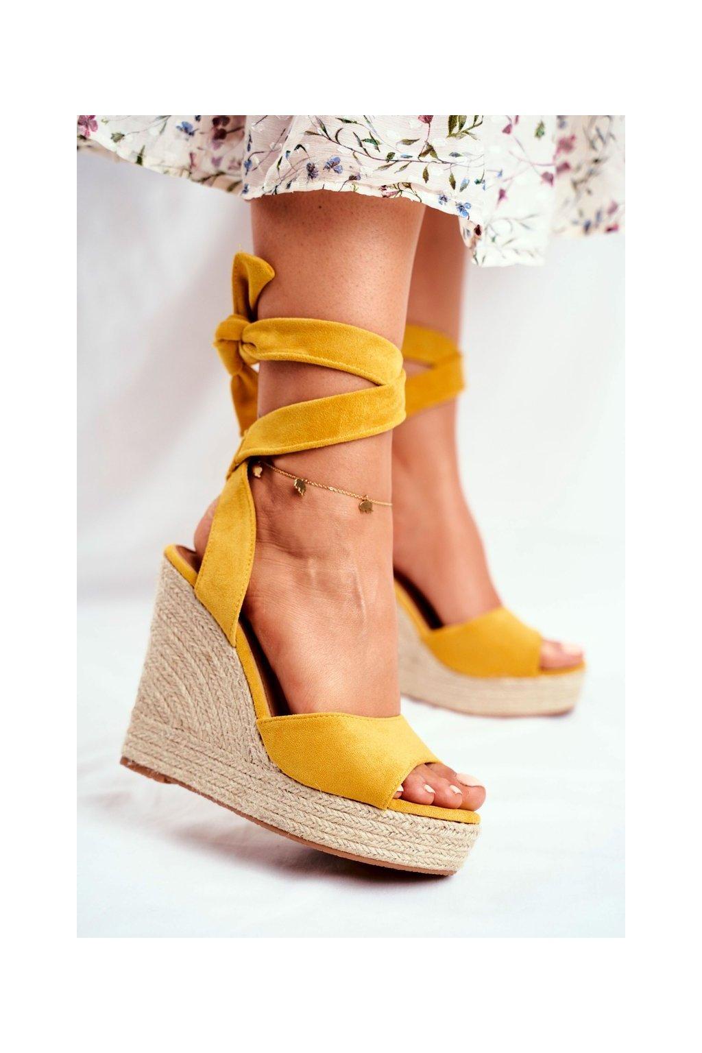 Dámske sandále na platforme farba žltá kód obuvi R135 YELLOW