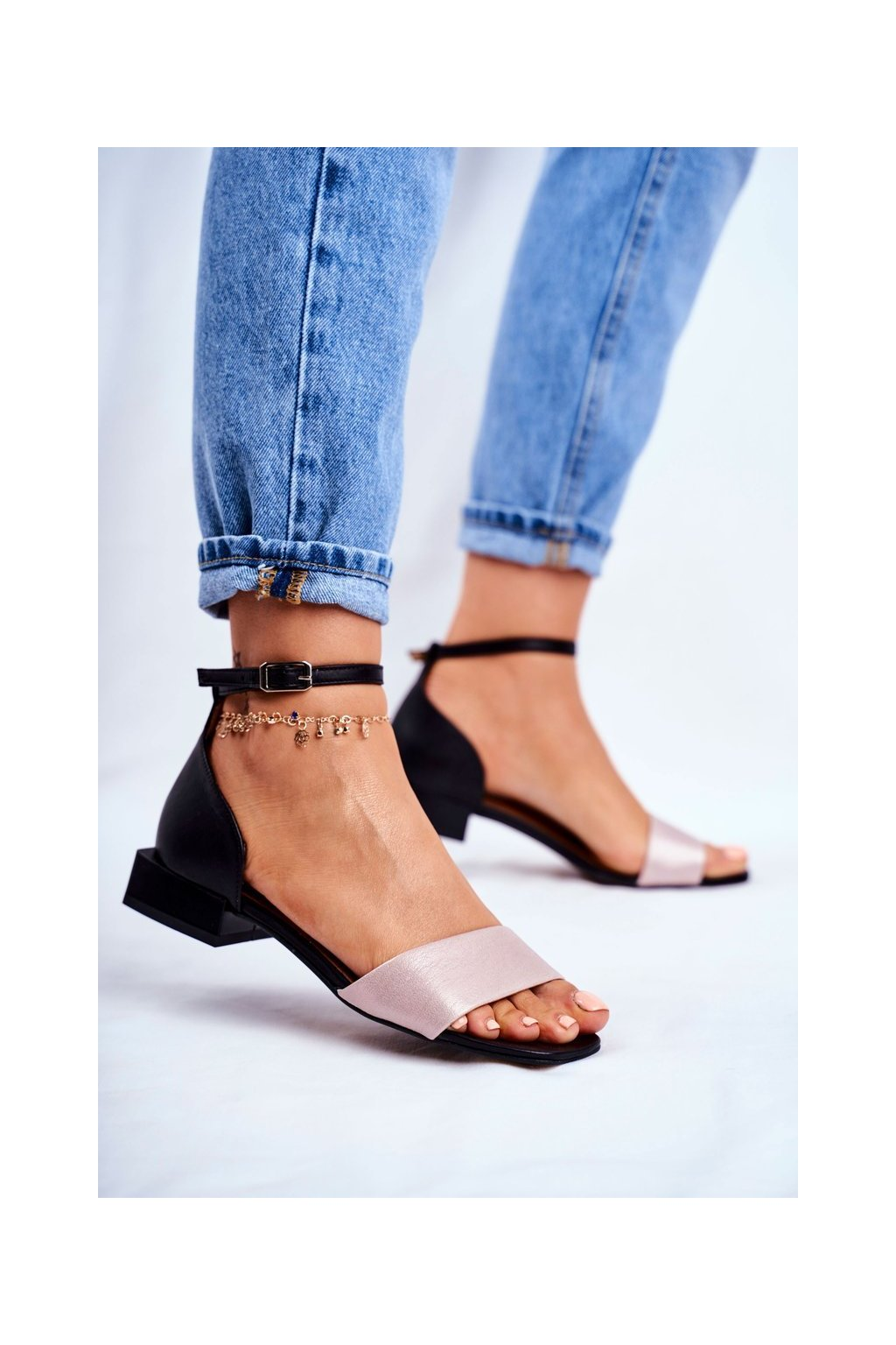 Dámske sandále s plochou podrážkou farba čierna kód obuvi 04618-21/00-5 CZARNY+RÓŻ BŁYSZCZĄCY