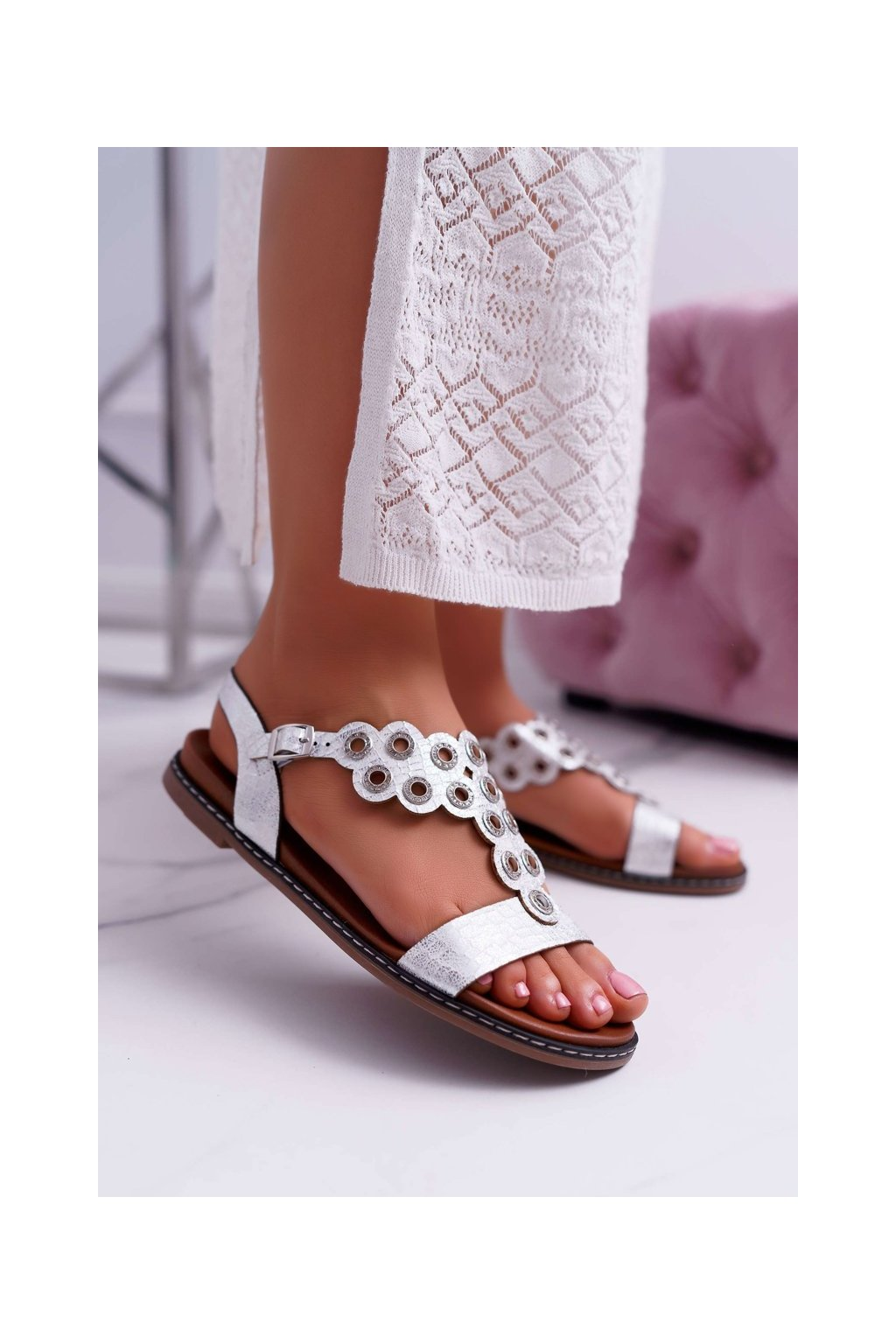Dámske sandále s plochou podrážkou farba biela kód obuvi SK012 WHITE